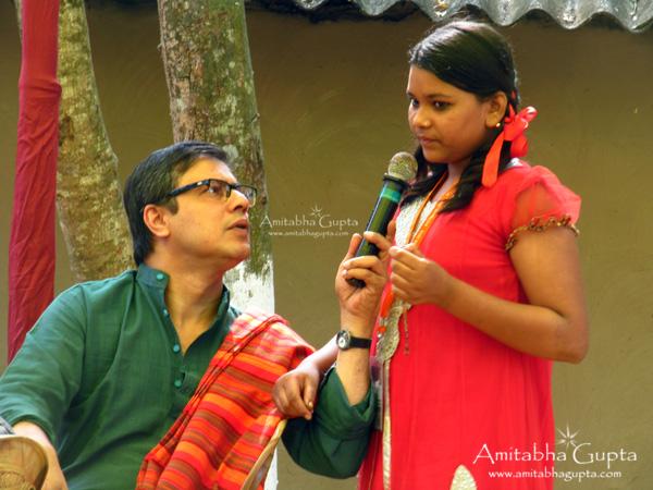 Banglanatak.com founder Amitava Bhattcharya having  a talk with Svarna Chitrakar's daughter. Pot Maya 2013